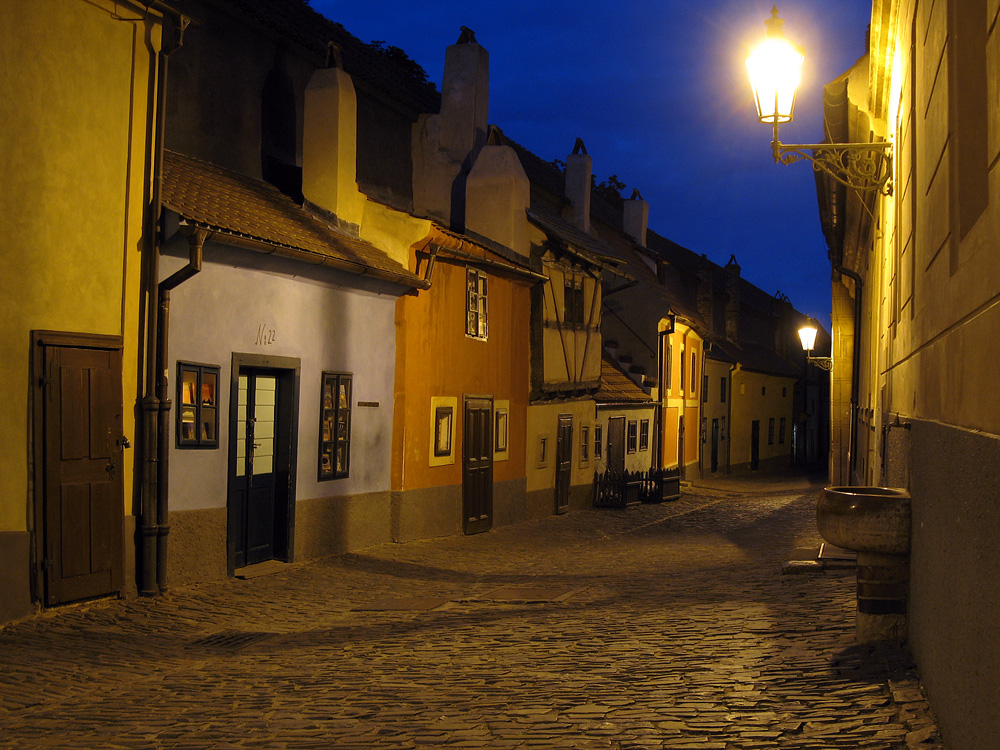Золотая улочка ночью